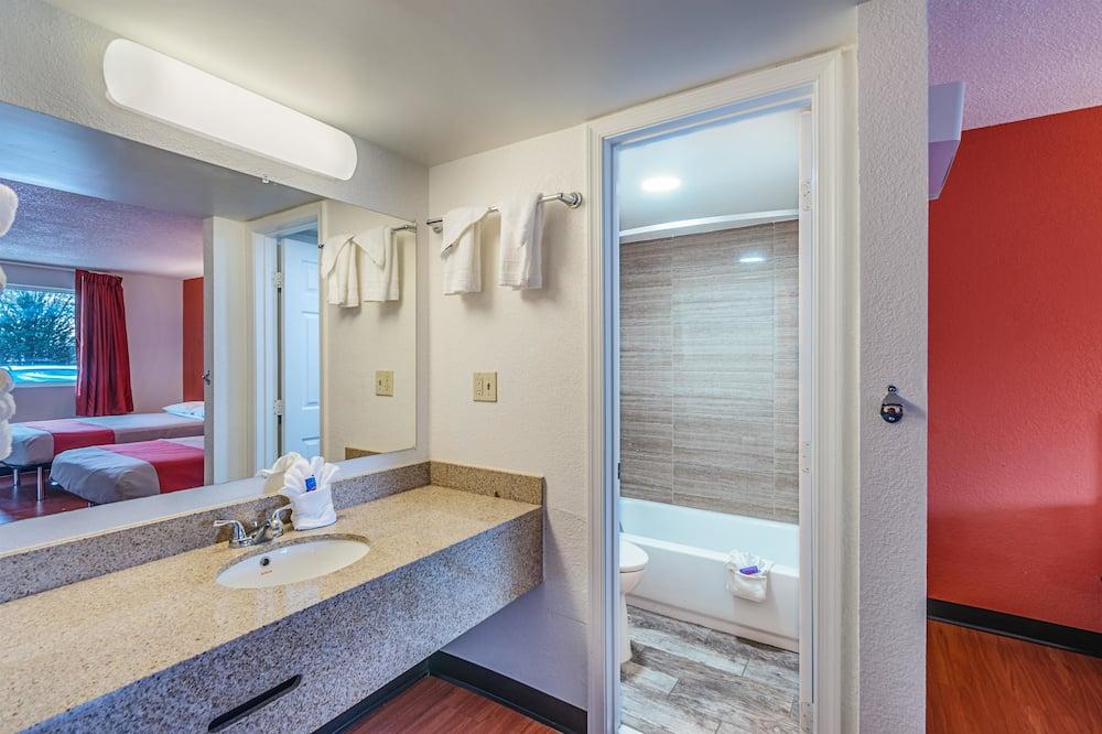 חדר דה-לוקס, מיטה זוגית, למעשנים, מקרר ומיקרוגל - חדר רחצה