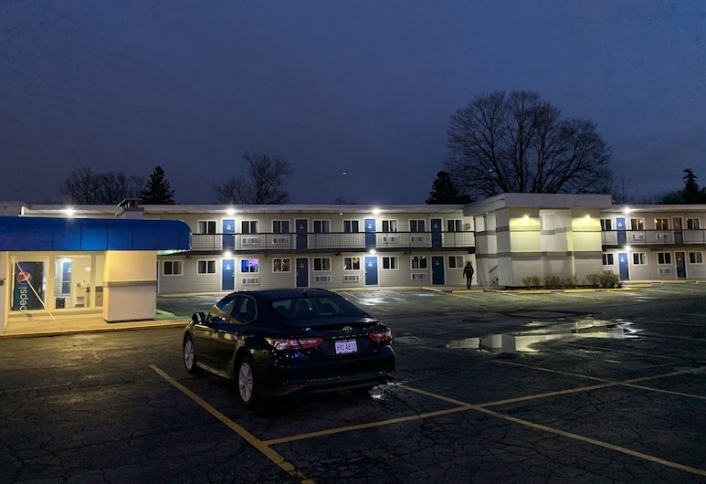 Motel 6 North Olmsted, OH - Cleveland, North Olmsted, Hotel Front – Evening/Night