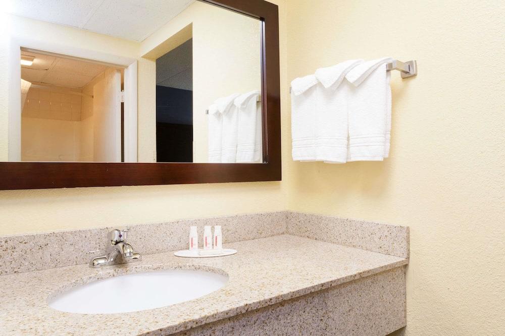 Room, 2 Queen Beds, Smoking - Bathroom