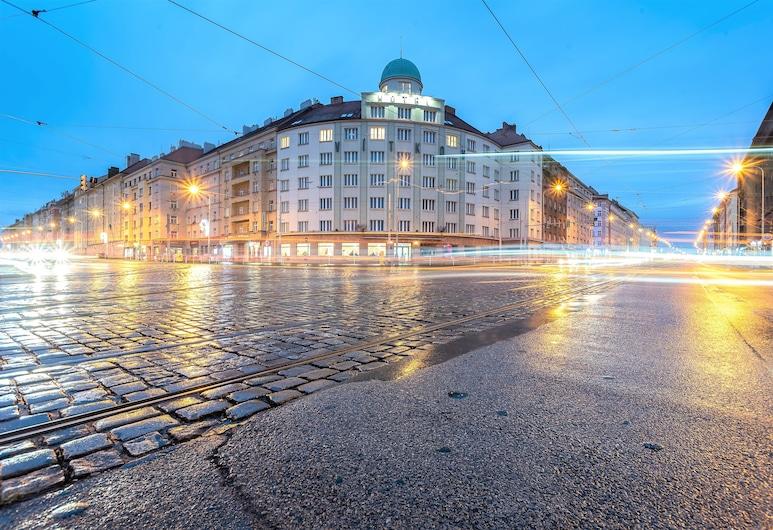 Hotel Vitkov, Praga, Fachada do hotel (à noite)