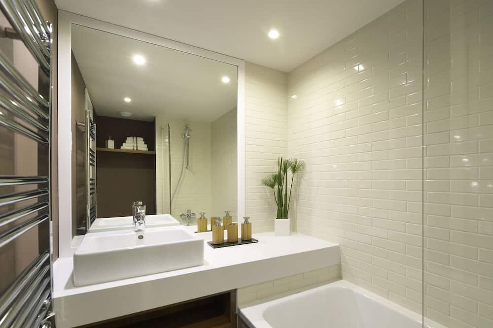 2 Adjacent Studios - Bathroom