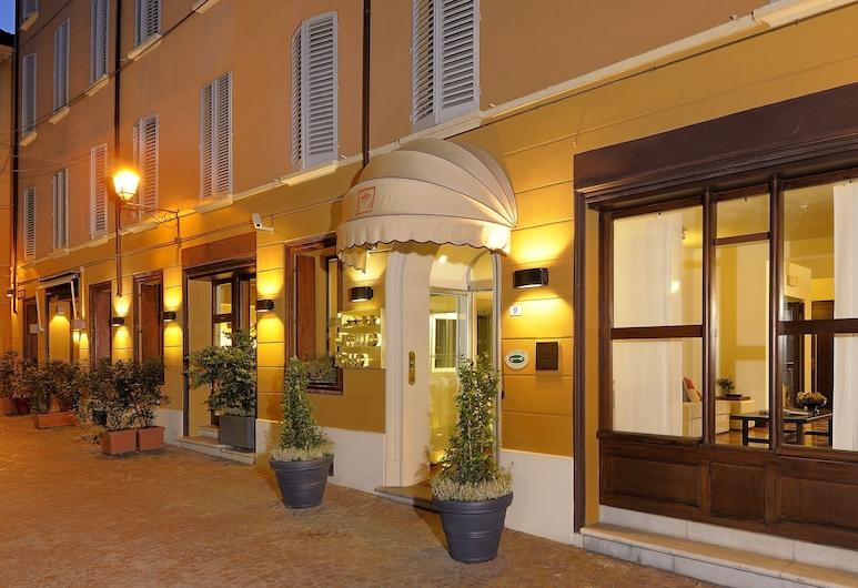 艾卡佩洛羅梭飯店, 波隆那, 飯店入口