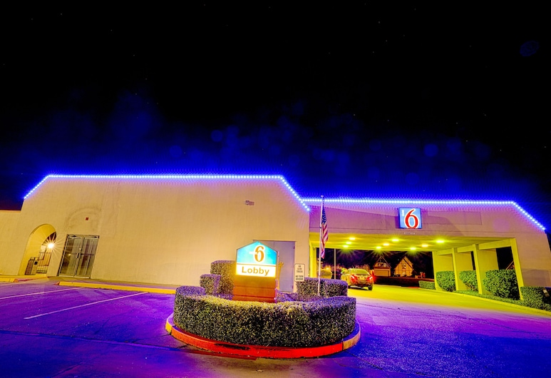 Motel 6 Longview, TX - North, Longview, Hotellin julkisivu illalla/yöllä