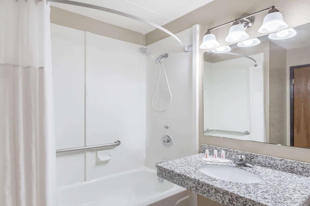 Szoba, 2 kétszemélyes ágy, mozgássérültek számára is hozzáférhető - Fürdőszoba