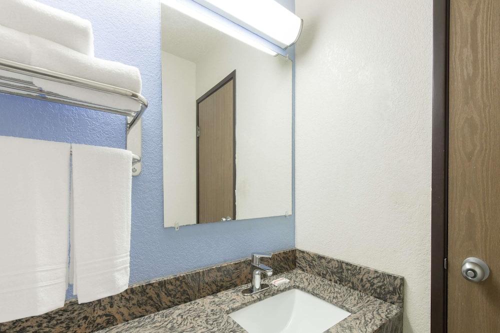 Apartmá, dvojlůžko (200 cm), přístup do business salonku - Koupelna