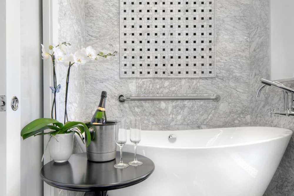Suite, 1 très grand lit et 1 canapé-lit, accessible aux personnes à mobilité réduite (with Sofabed) - Salle de bain