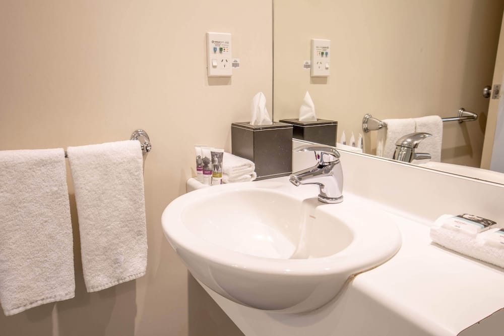 Standard Queen Room Without Air Conditioning - Bathroom