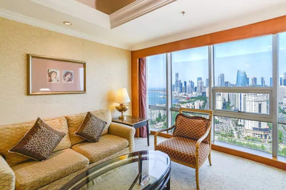 Darījumklases luksusa numurs, 1 divguļamā karaļa gulta, skats uz jūru (Club Flr) - Dzīvojamā zona