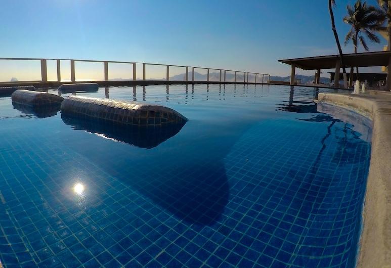 هوتل ماربيلا, مانزانيو, حمام سباحة