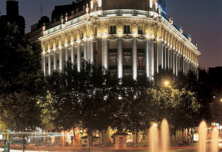 NH Madrid Nacional, Madride, Viesnīcas priekšskats vakarā/naktī