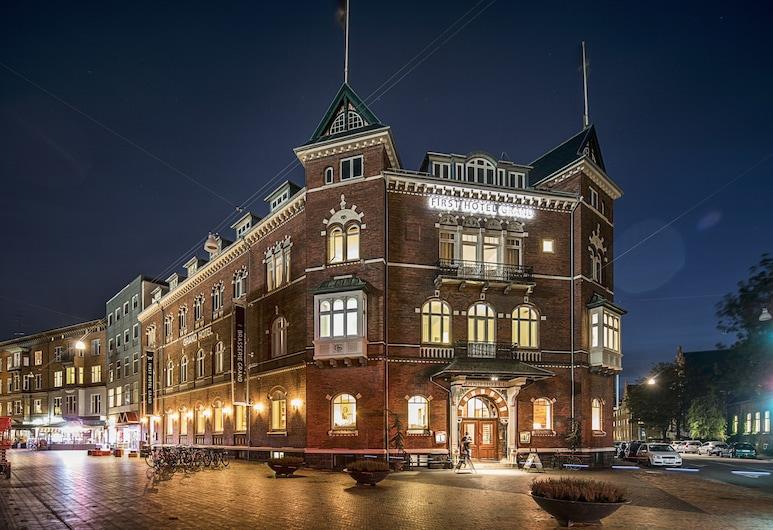 First Hotel Grand, Odense, Hotellets facade - aften/nat