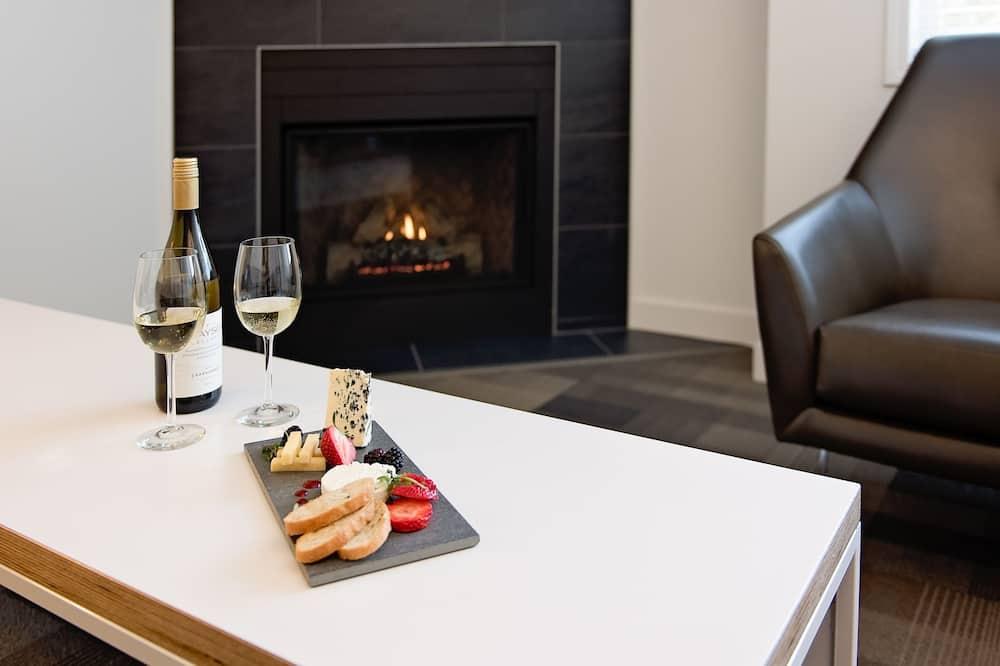 Suite, 1 habitación, chimenea (Coast Premium K Suite w/ Soaker Tub) - Sala de estar