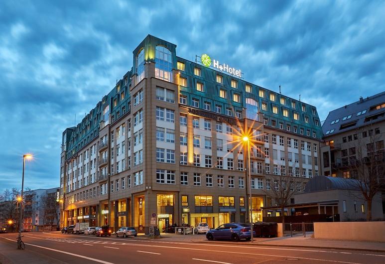 H+ Hotel Leipzig, Leipzig, Pročelje hotela – navečer/po noći