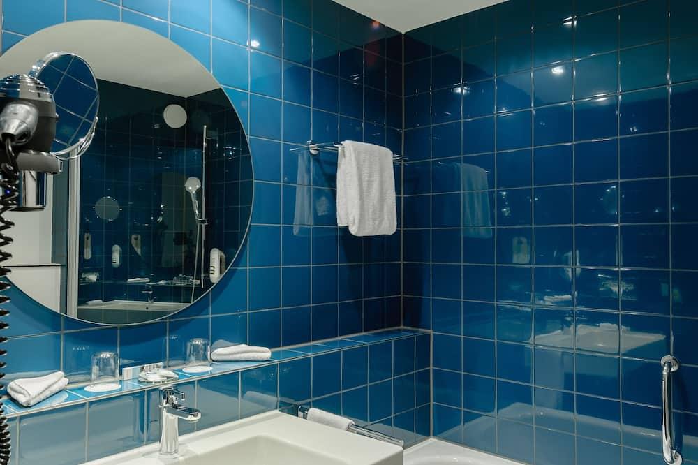 Privilege, Chambre, 1 lit double et 1 canapé-lit - Salle de bain