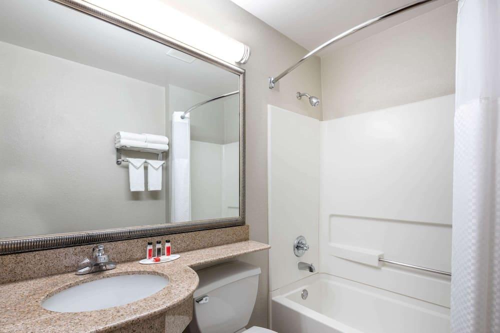 Standard Room, 1 Queen Bed - Bathroom