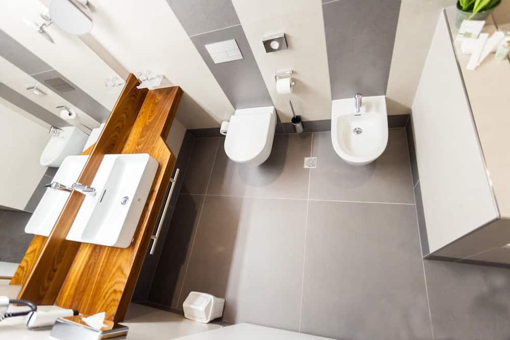 Junior Tower Suite, Nonsmoking - Bathroom