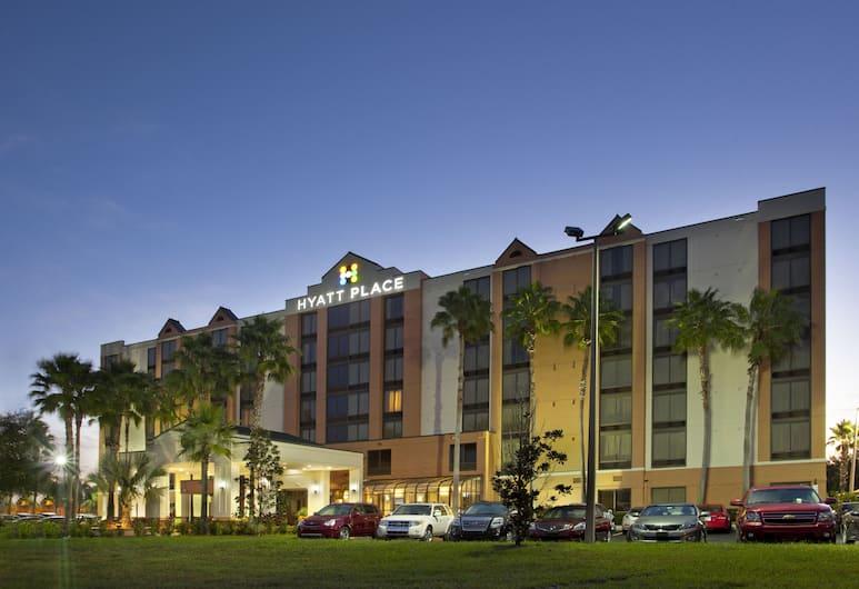 Hyatt Place across from Universal Orlando Resort, Orlando, Hotel Front – Evening/Night