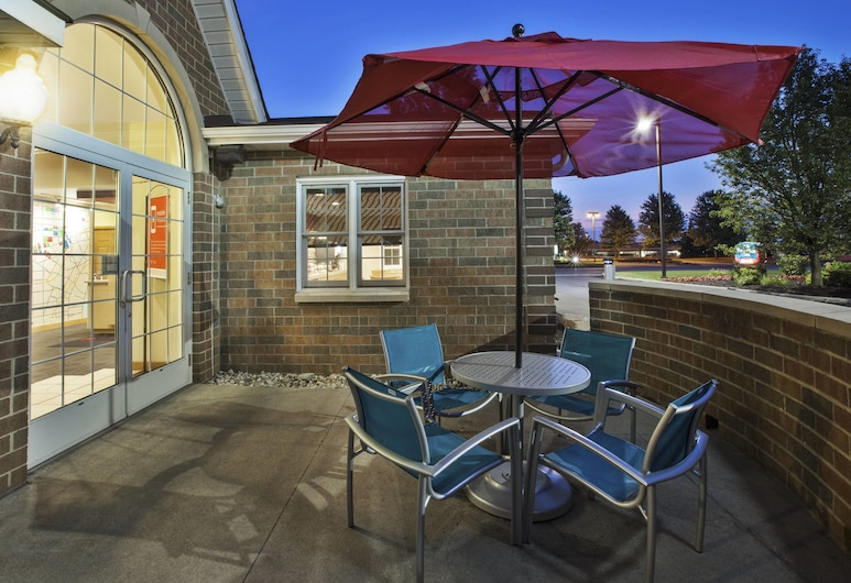 TownePlace Suites by Marriott Detroit Dearborn, דירבורן, ארוחה בחוץ