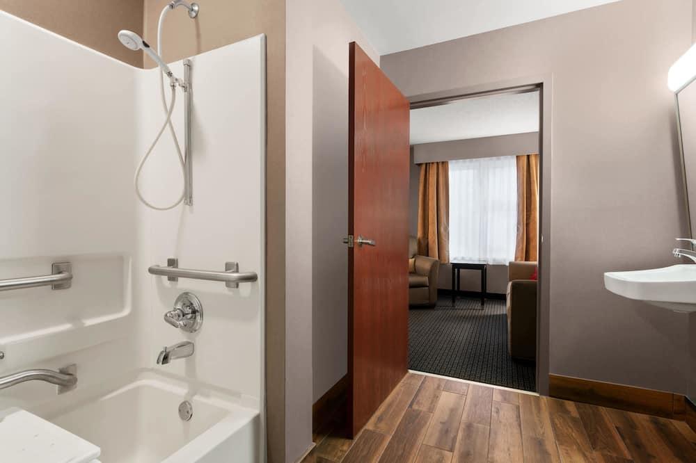 Suite, 1 Tempat Tidur Queen dengan tempat tidur Sofa, non-smoking (Accessible) - Kamar mandi