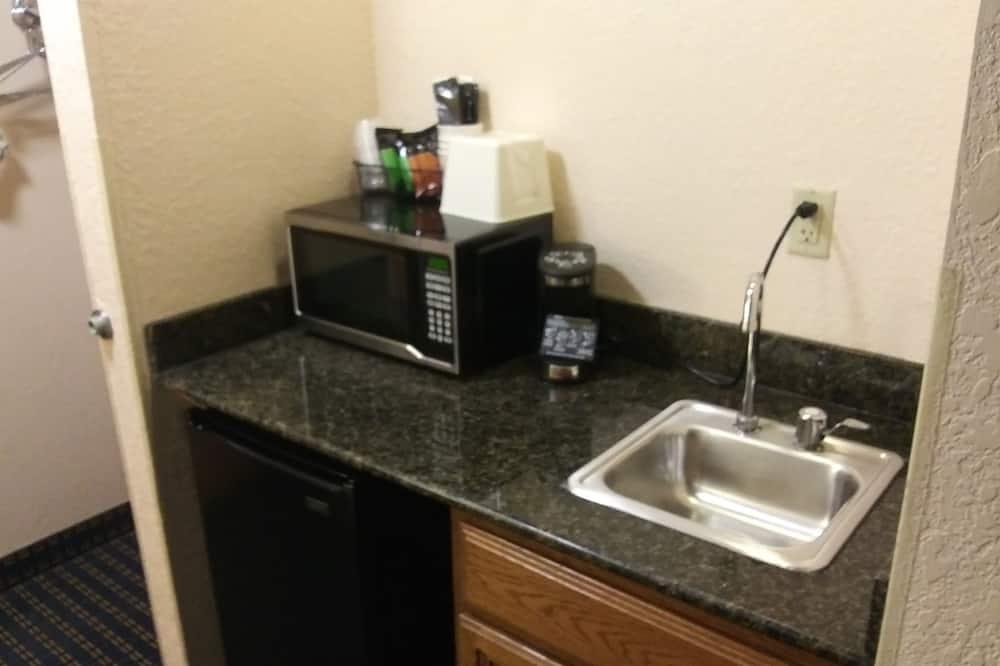 Standardværelse - 2 queensize-senge - handicapvenligt - badekar - Opholdsområde