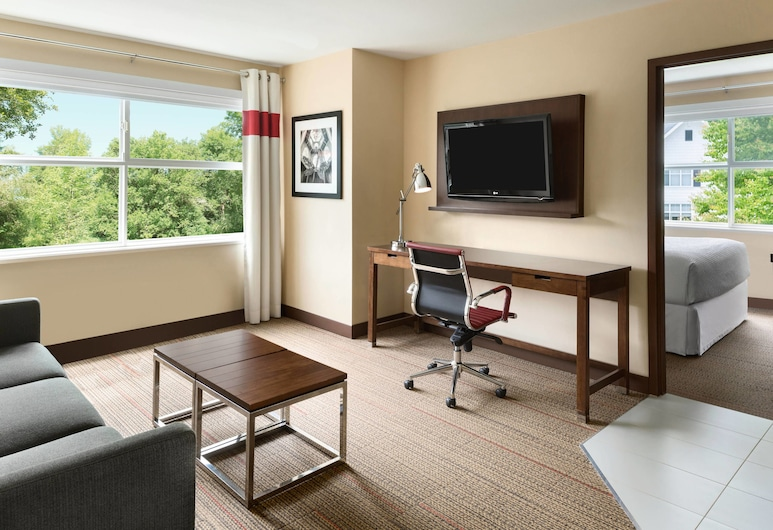 Four Points by Sheraton Surrey, Surrey, Suite, 1 Queen Bed, Non Smoking, Guest Room