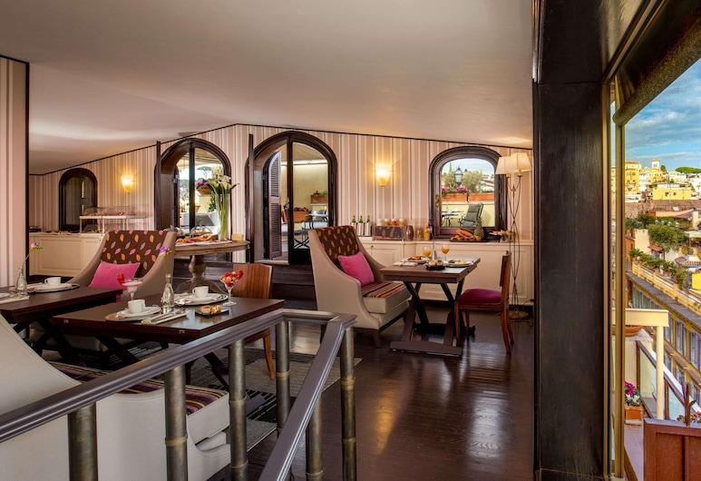 The Inn at the Spanish Steps, Roma, Prabangaus stiliaus apartamentai, 2 miegamieji (Via Condotti 48), Svečių kambarys