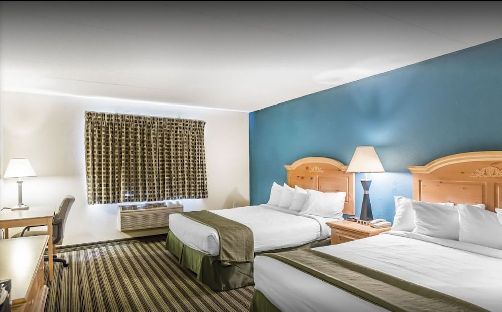 American Inn And Suites Peosta Guest Room