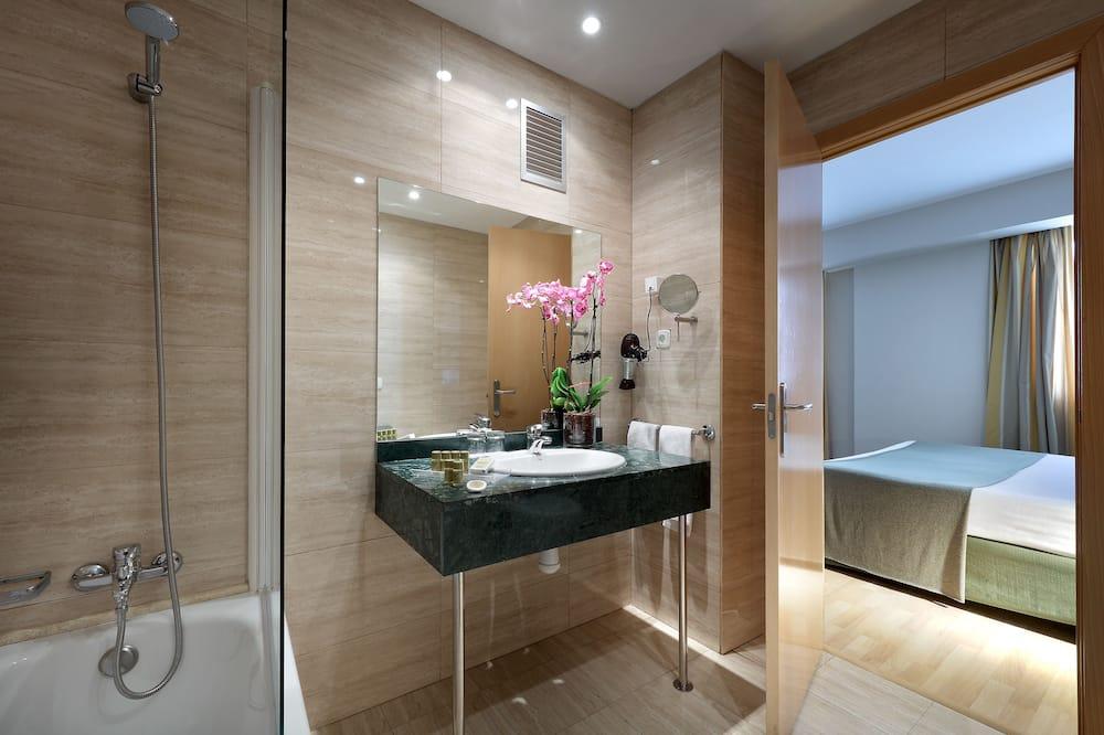 Τρίκλινο Δωμάτιο, 3 Μονά Κρεβάτια (2 Adults + 1 Kid) - Μπάνιο