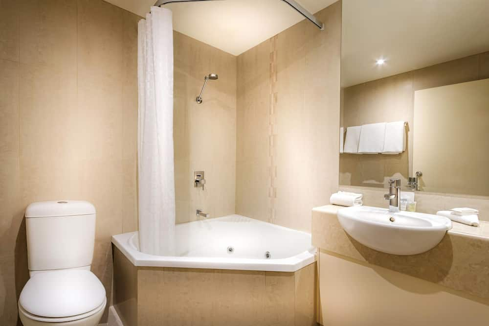 Executive Room, 1 Queen Bed, Non Smoking, Jetted Tub - Bathroom
