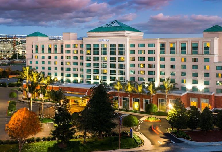 Hilton Santa Clara, Santaklēra, Viesnīcas priekšskats vakarā/naktī