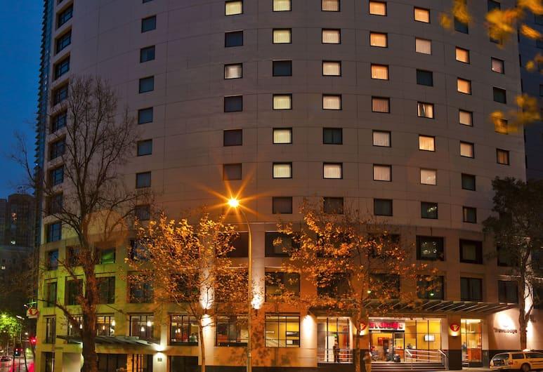 Travelodge Hotel Sydney, Sydney, Pohľad na hotel – večer/v noci