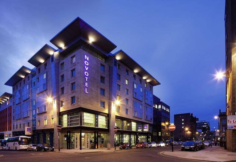 Novotel Glasgow Centre, Glasgow, Hotelfassade am Abend/bei Nacht