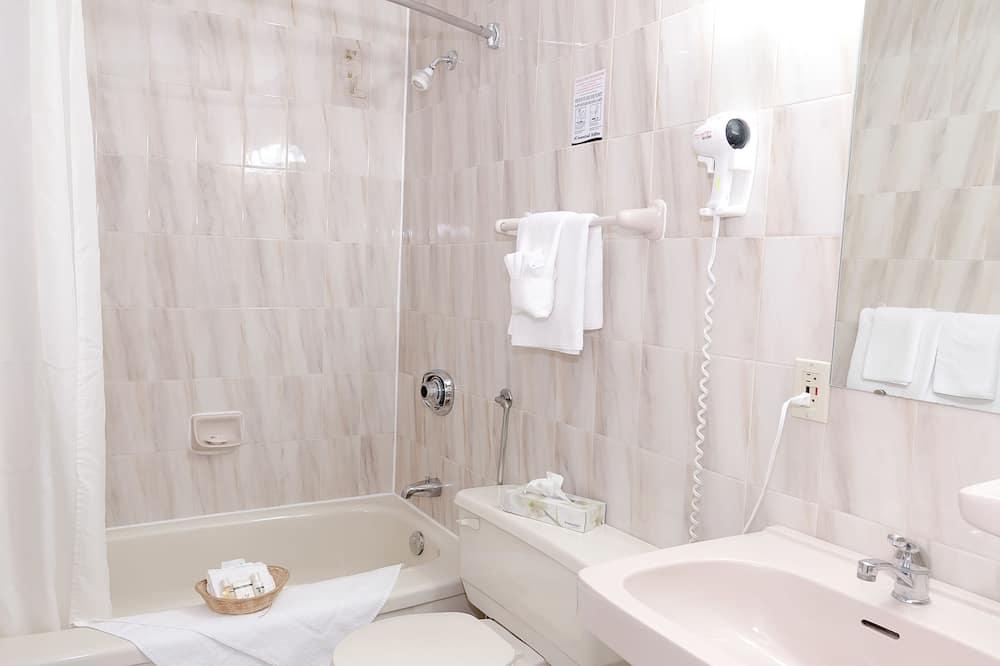 Suite, 2 Double Beds - Bathroom