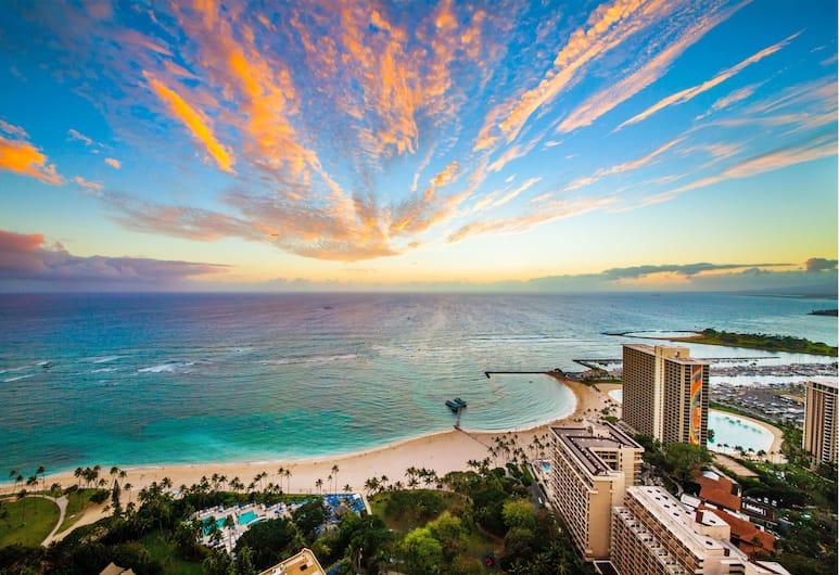 Hilton Grand Vacations at Hilton Hawaiian Village, Honolulu, Front of property - evening