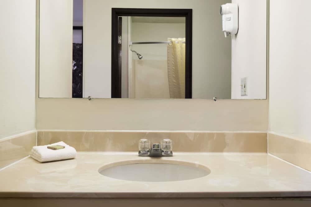 Standardværelse - 2 queensize-senge - ryger - Badeværelse