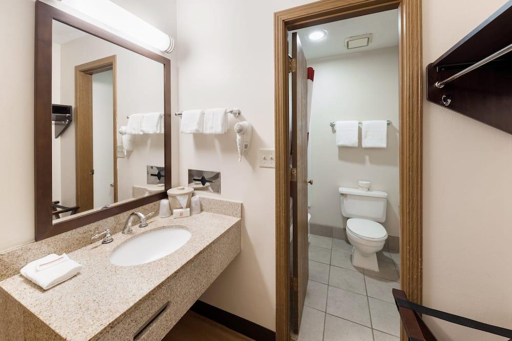 Deluxe Room, 1 Queen Bed, Accessible - Bathroom