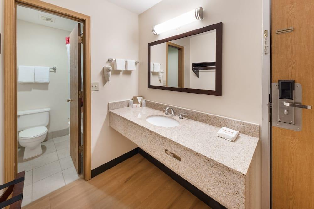Deluxe Room, 2 Queen Beds, Non Smoking - Bathroom