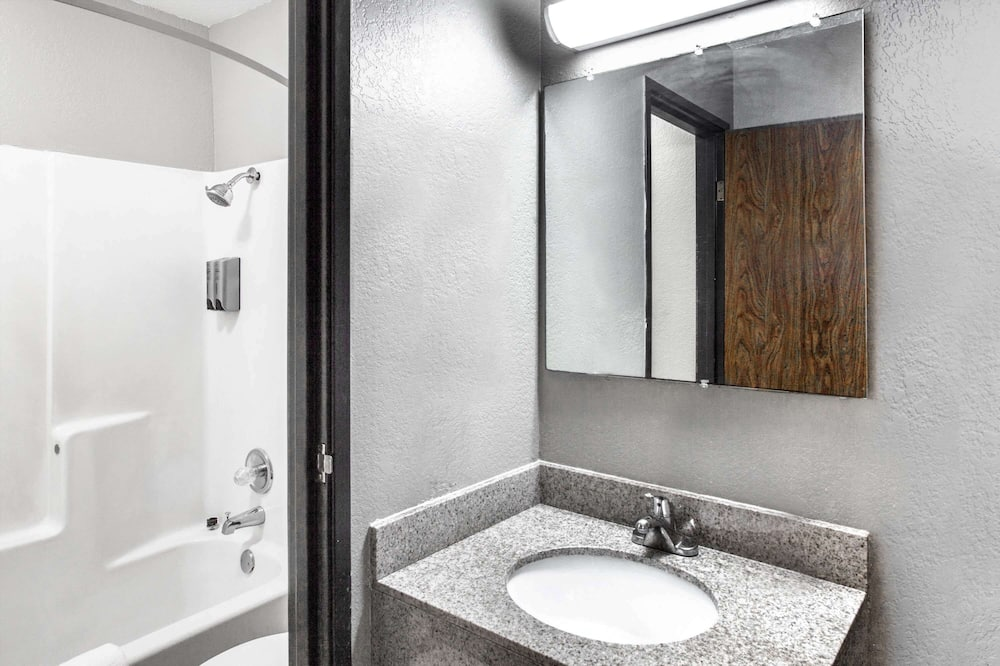 Standard Double Room, 2 Double Beds - Bathroom