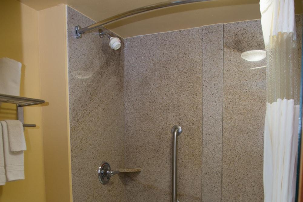 Бизнес-номер, 1 двуспальная кровать «Кинг-сайз», для курящих, микроволновая печь - Ванная комната