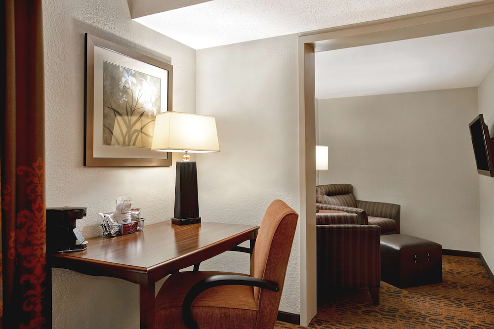 Suite, 1 King Bed, Non Smoking, Refrigerator & Microwave - Living Area