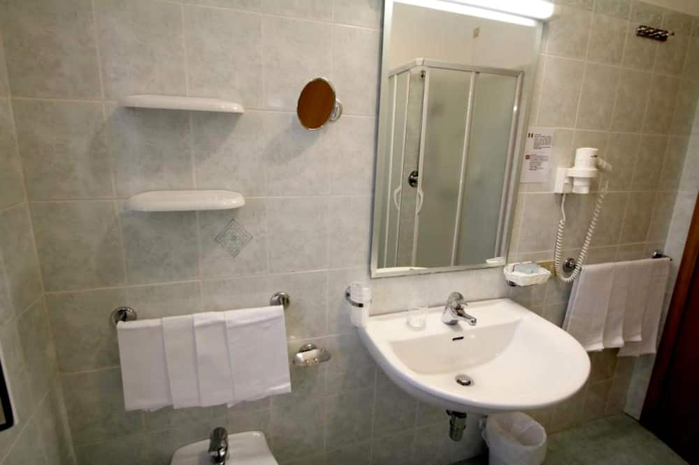 Economy Penthouse - Bathroom