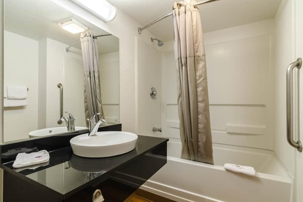 חדר דה-לוקס, 2 מיטות זוגיות, ללא עישון, מקרר ומיקרוגל - חדר רחצה