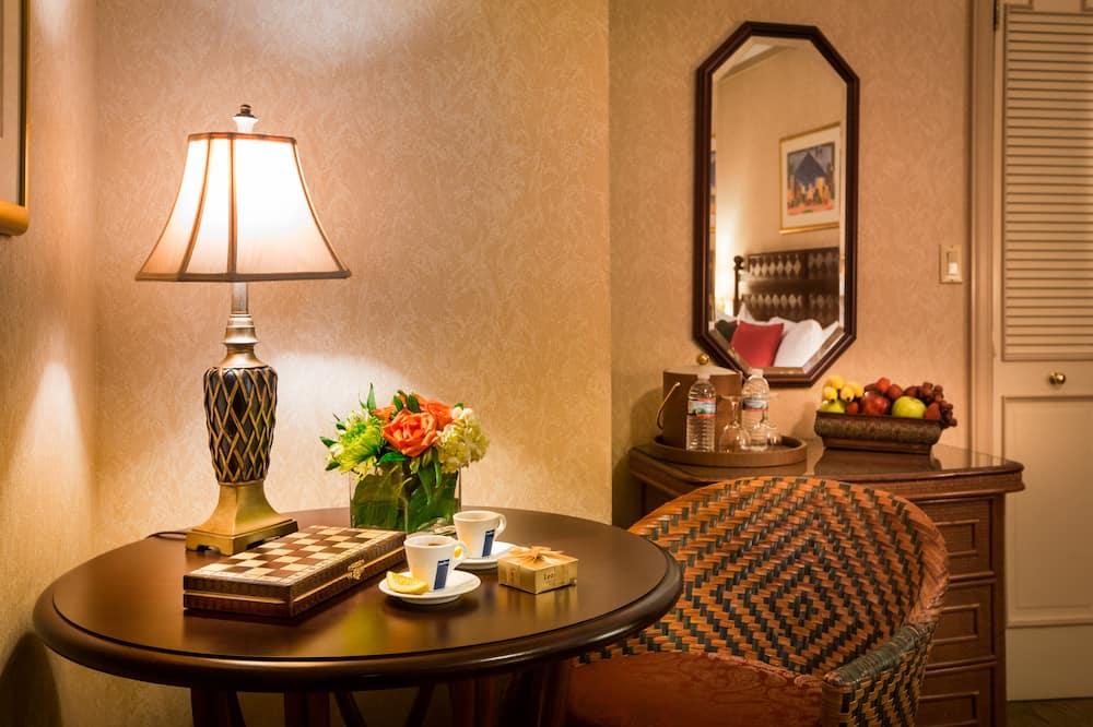 חדר פרימיום יחיד, מיטת קינג, נגישות לנכים - אזור אוכל בחדר