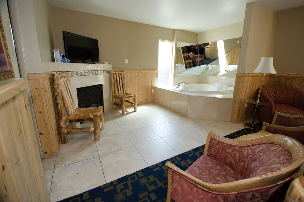 Efficiency, Suite, 1 King Bed, Hot Tub - Living Area