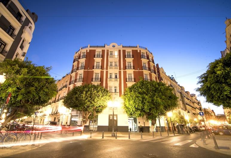 Petit Palace Ruzafa Hotel, Valencia, Hotelfassade am Abend/bei Nacht