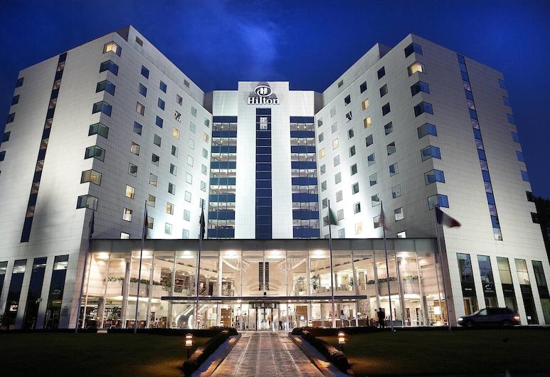 Hilton Sofia, Sofía, Entrada del hotel (tarde o noche)