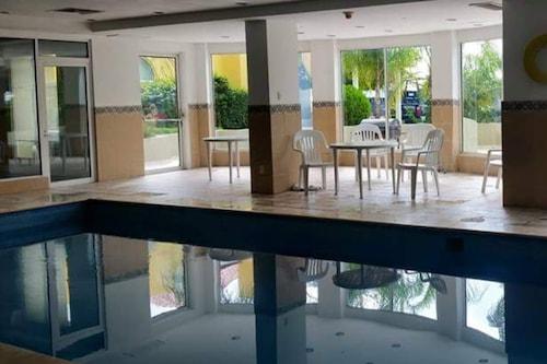 新拉雷多嘉年華飯店/