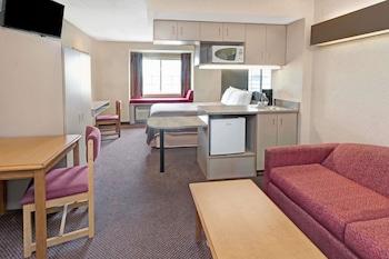 Elk Grove Village bölgesindeki Howard Johnson Hotel & Suites by Wyndham Elk Grove Village resmi