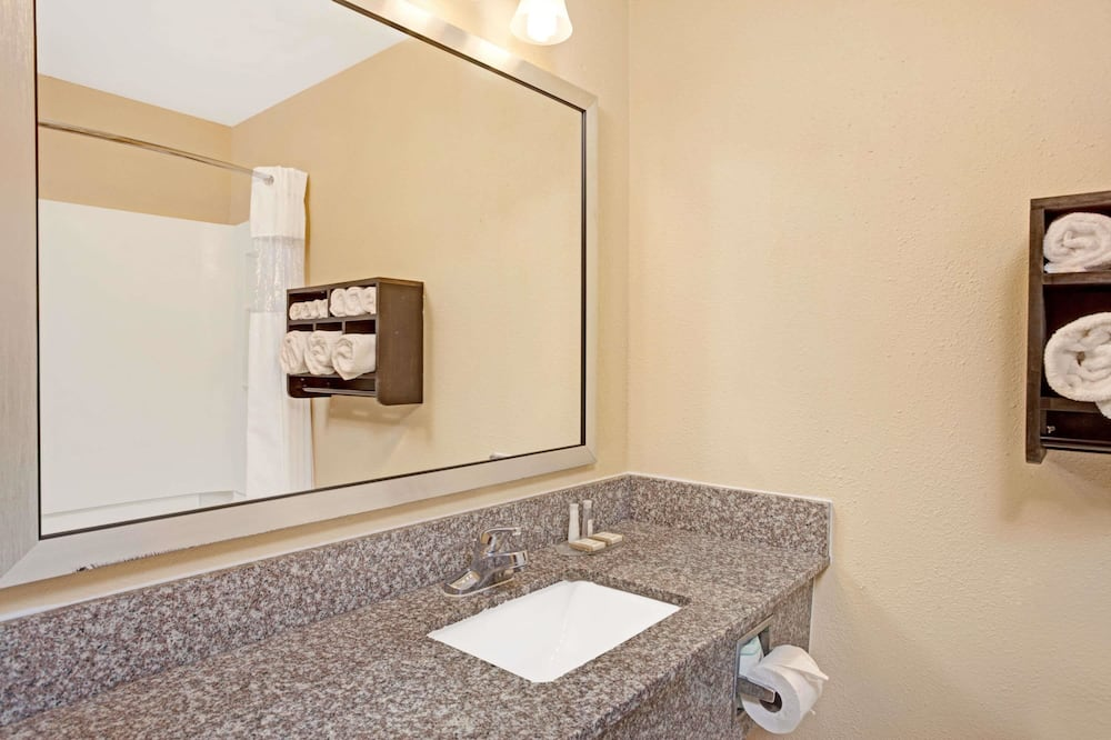 Deluxe Room, 1 King Bed, Accessible, Non Smoking (Mobility Accessible) - Bathroom