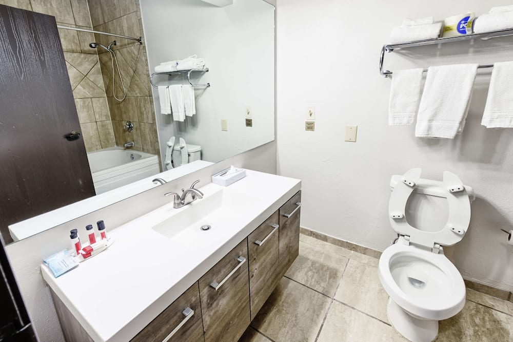Deluxe Room, 1 King Bed, Non Smoking, Jetted Tub - Bathroom